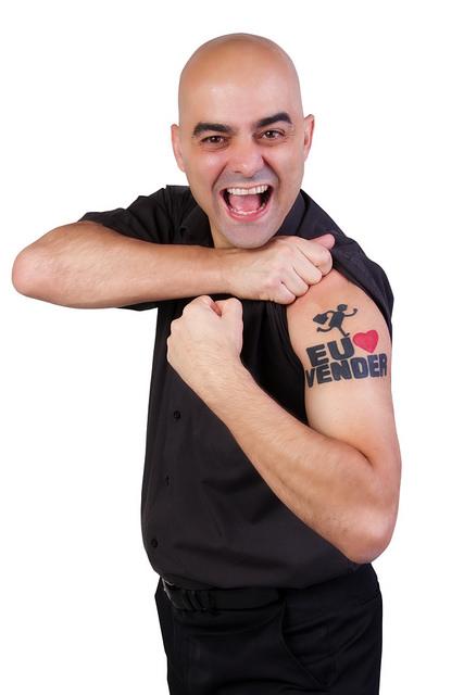 Homem mostrando a língua com tatuagem de vendas - entender seu cliente