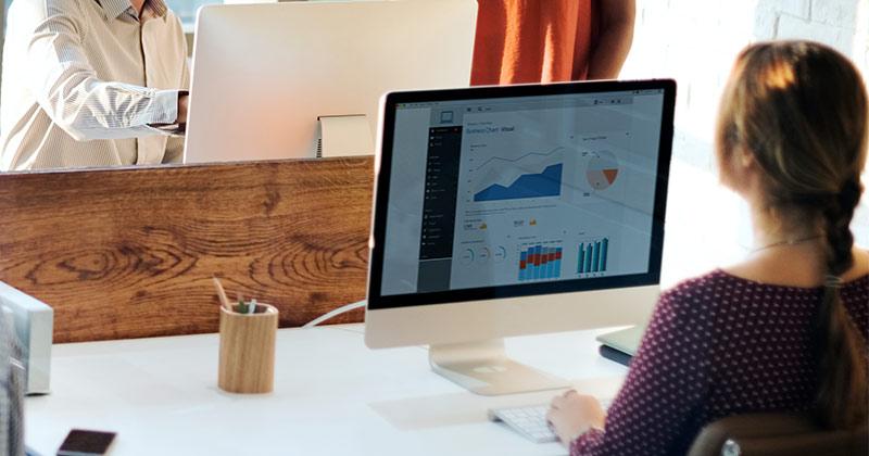 Mulher utilizando um software crm em um computador